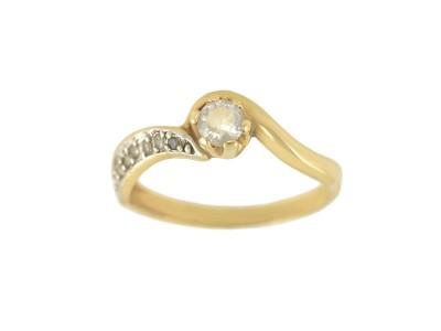 Златен пръстен с бели циркони