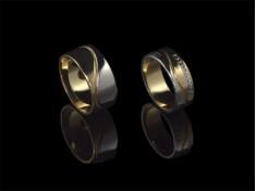 Брачни халки от бяло и жълто злато с декоративна линия