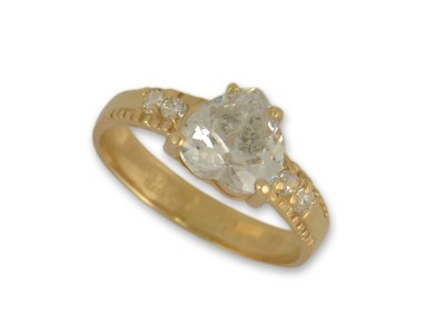 Златен пръстен с камък във форма на сърце