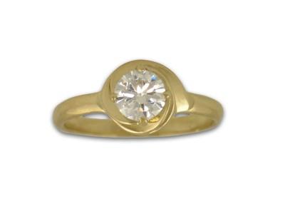 Нежен златен пръстен с бял циркон
