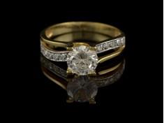 Златен пръстен тип Годежен с бели камъни