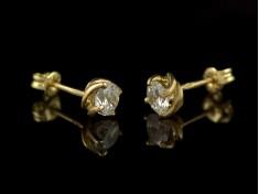 Стилни златни обеци с бял камък