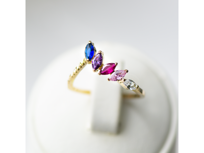 Златен пръстен с цветни камъни