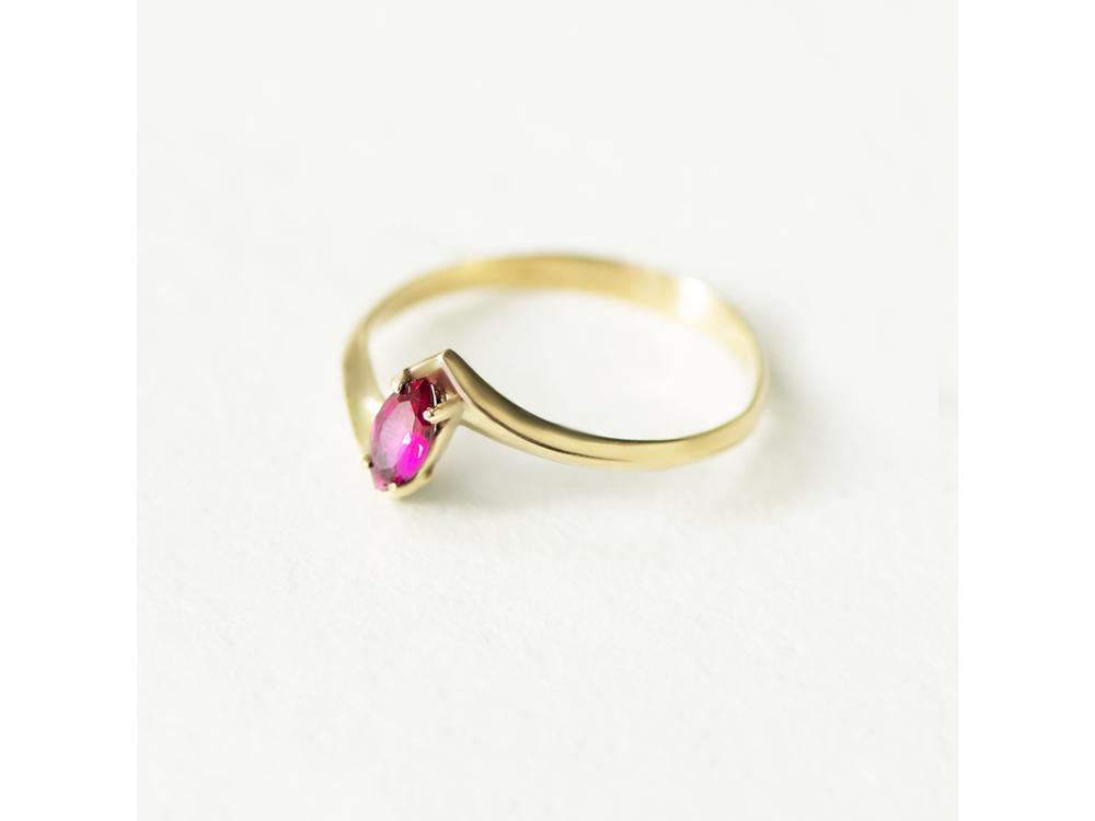 Златен пръстен с розово-червен камък Маркиз