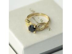 Златен пръстен с черен камък и малки бели циркончета
