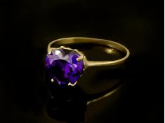 Златен пръстен с лилав камък Сърце