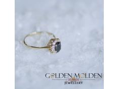 Златен пръстен с голям черен циркон