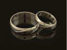 Брачни халки от бяло злато с релеф